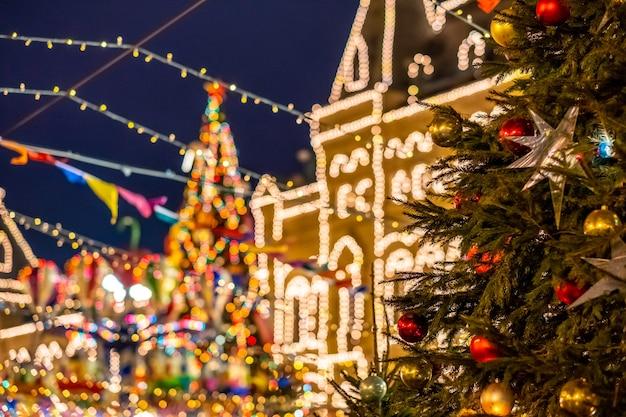 Árvore de natal decorada com bolas coloridas durante as férias de ano novo em moscou à noite.