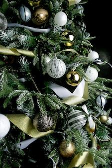 Árvore de natal decorada com bolas e fitas