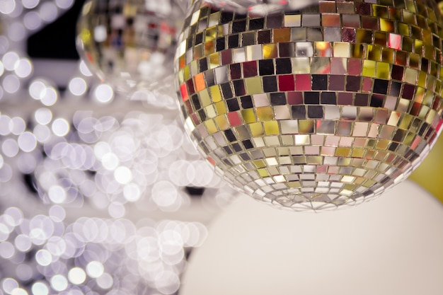 Árvore de natal decorada com decoração de bola de discoteca de espelho para feliz natal