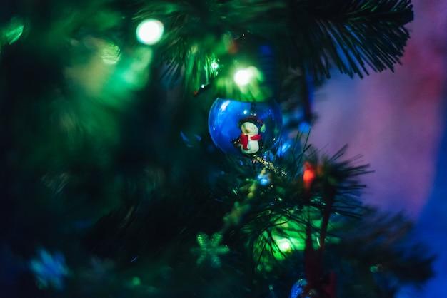 Árvore de natal decorada com guirlandas e balões