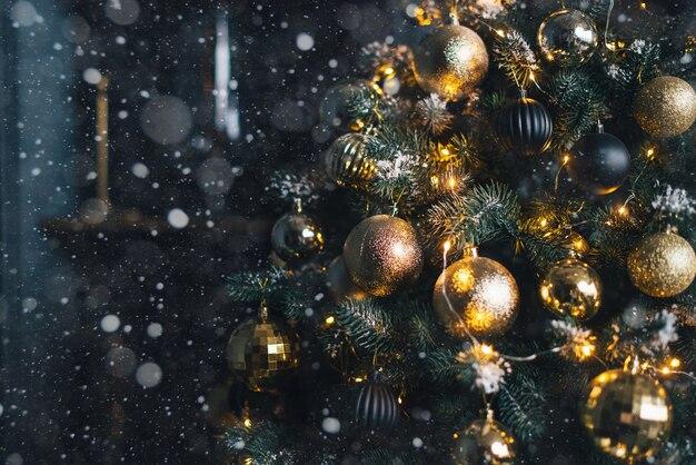 Árvore de natal decorada com guirlandas e bolas douradas em um fundo escuro