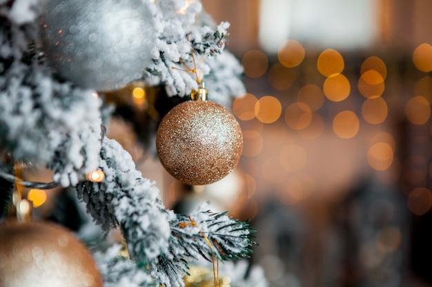 Árvore de natal decorada com luzes desfocadas