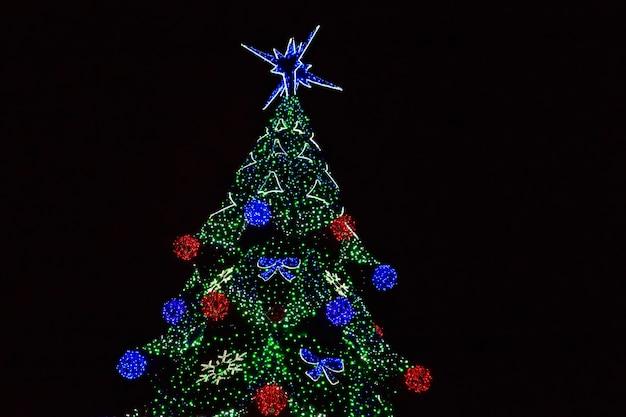 Árvore de natal decorada com luzes multicoloridas à noite