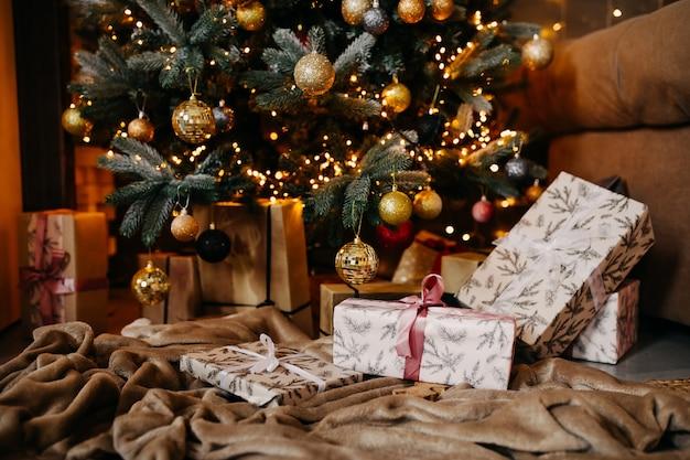 Árvore de natal decorada com presentes em casa