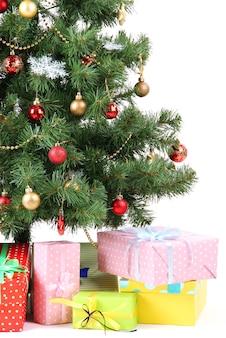 Árvore de natal decorada com presentes isolados no branco