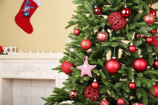Árvore de natal decorada em close up do quarto