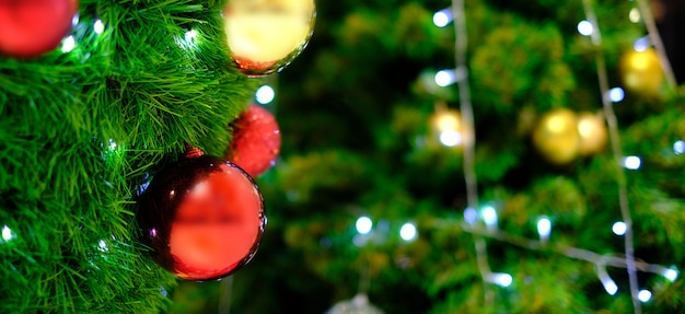 Árvore de natal decorada luz em luzes desfocadas