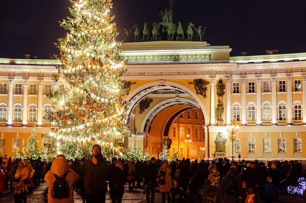 Árvore de natal decorada na praça do palácio. comemoração de ano novo. são petersburgo, rússia