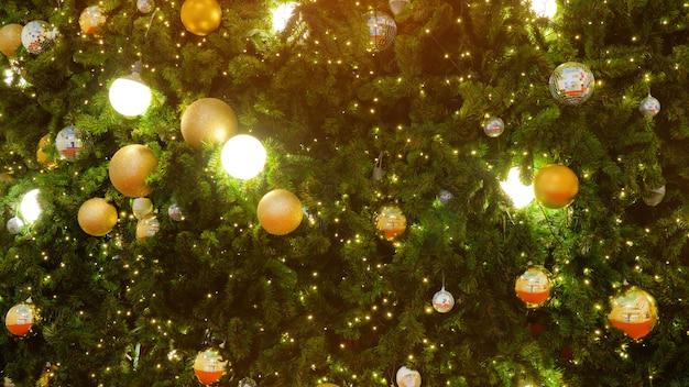 Árvore de natal decorada na turva, espumante e fada