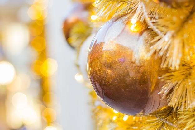 Árvore de natal decorada no fundo borrado, espumante e fada