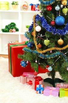 Árvore de natal decorada no fundo do interior da casa