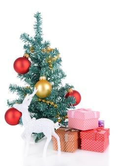 Árvore de natal decorativa com presentes isolados no branco