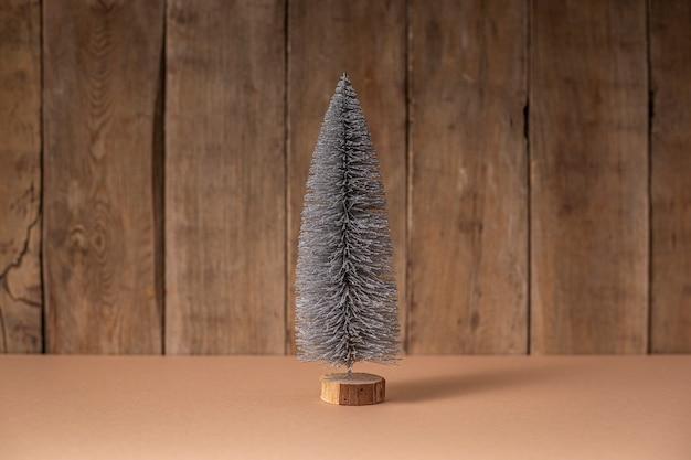 Árvore de natal decorativa em um fundo de madeira. ano novo.