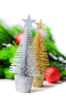 Árvore de natal decorativa, galho de árvore do abeto, isolado no branco