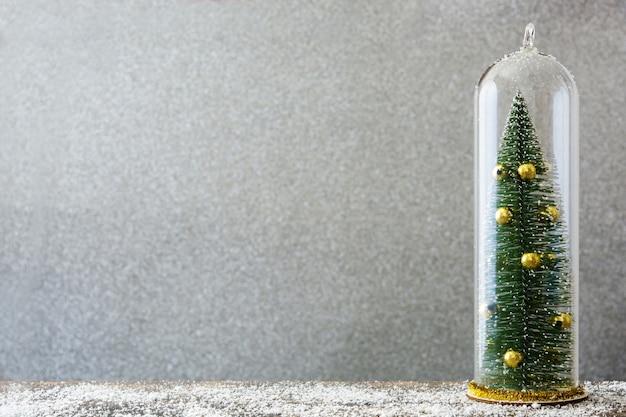 Árvore de natal dentro de um recipiente de cristal