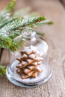 Árvore de natal doce caseiro sob a cúpula de vidro