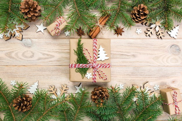 Árvore de natal e caixa de presente na mesa de madeira. vista do topo
