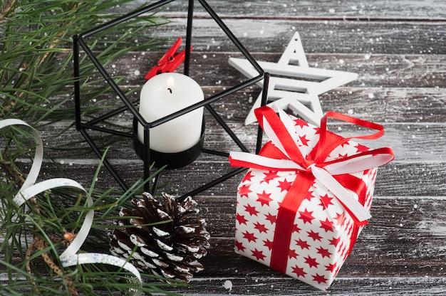 Árvore de natal e caixa de presente vermelha