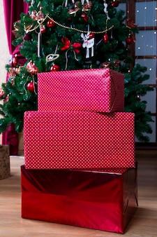 Árvore de natal e caixas de presente. decorações de natal