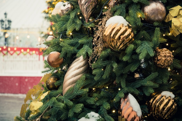 Árvore de natal e carrossel na praça vermelha. celebração de natal e fadas. ano novo. cidade decorada.
