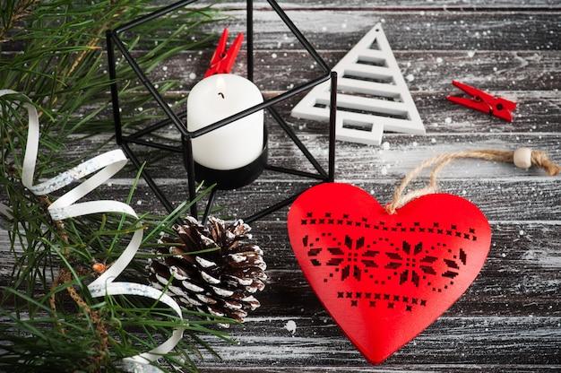 Árvore de natal e coração vermelho