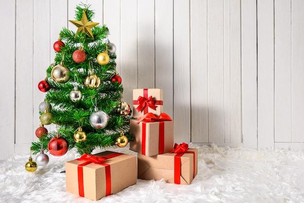 Árvore de natal e enfeites com caixas de presentes