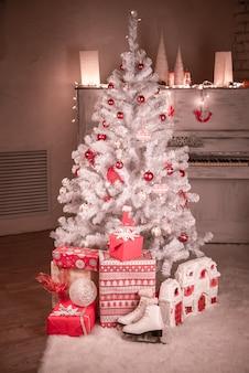 Árvore de natal e presentes de natal.
