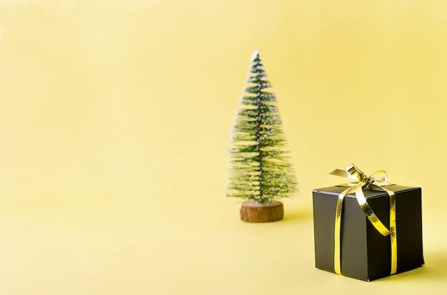 Árvore de natal e presentes em fundo amarelo