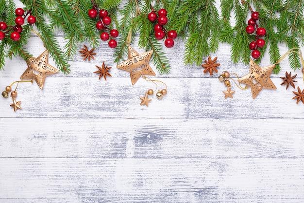 Árvore de natal e presentes em fundo de madeira.
