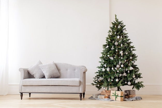 Árvore de natal e sofá cinza