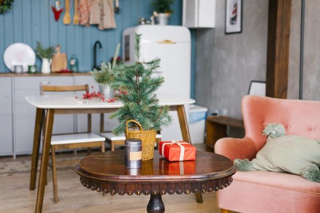 Árvore de natal em cima da mesa de café na sala de jantar, decorada para o ano novo