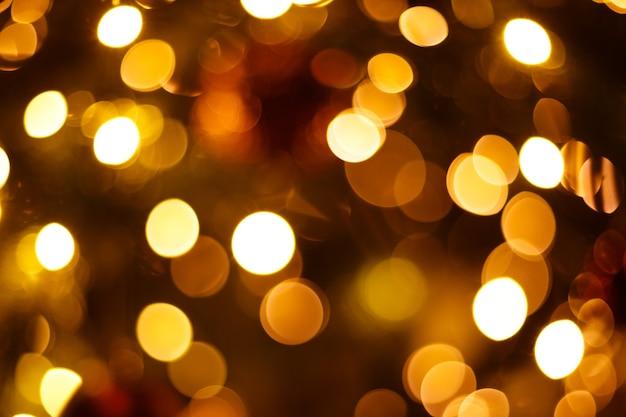 Árvore de natal em close-up desfocado com luzes de bokeh