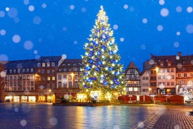 Árvore de natal em estrasburgo, alsácia, frança