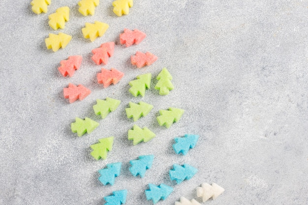 Árvore de natal em forma de açúcares coloridos.