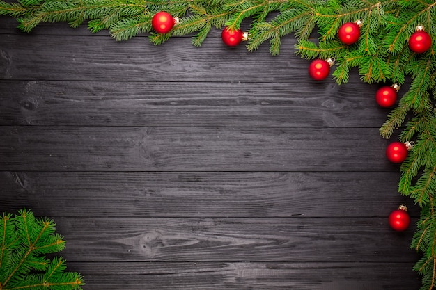 Árvore de natal em fundo preto de madeira