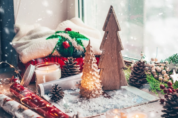 Árvore de natal em madeira. suéter quente, luzes led, balas.