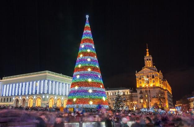 Árvore de natal em maidan nezalezhnosti em kiev, ucrânia