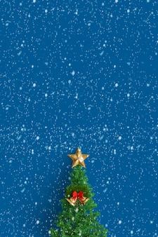 Árvore de natal em um fundo azul com estrelas