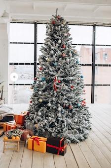 Árvore de natal em uma grande sala iluminada