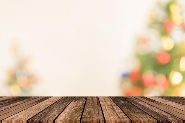 Árvore de natal embaçada com fundo de piso de textura de madeira de prancha