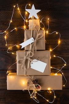 Árvore de natal feita com conceito de presentes
