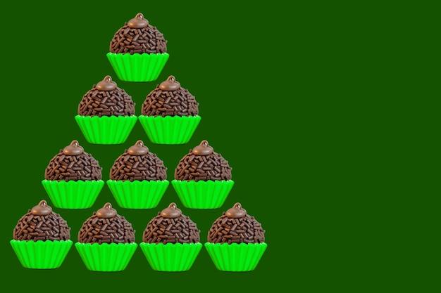 Árvore de natal feita com doce de festa tradicional de brigadeiros