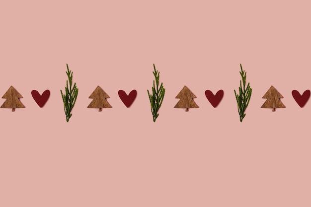 Árvore de natal feita com vela de cera verde e um enfeite de coração vermelho conceito mínimo inverno criativo
