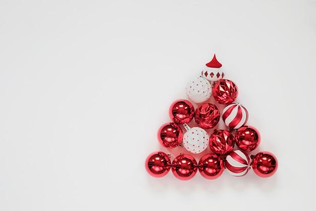 Árvore de natal feita de bolas e decorações, fundo, vista superior