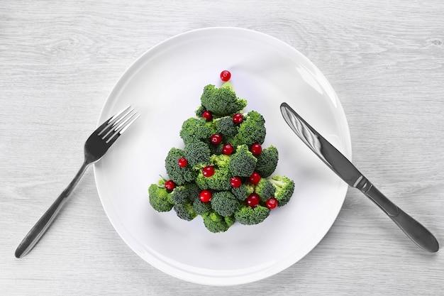 Árvore de natal feita de brócolis, no prato, close-up