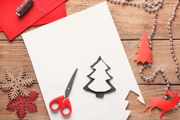 Árvore de natal feita de feltro na mesa. conceito de artesanato com criança