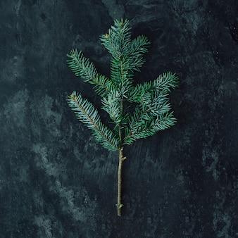Árvore de natal feita de galhos de pinheiro na mesa de mármore.
