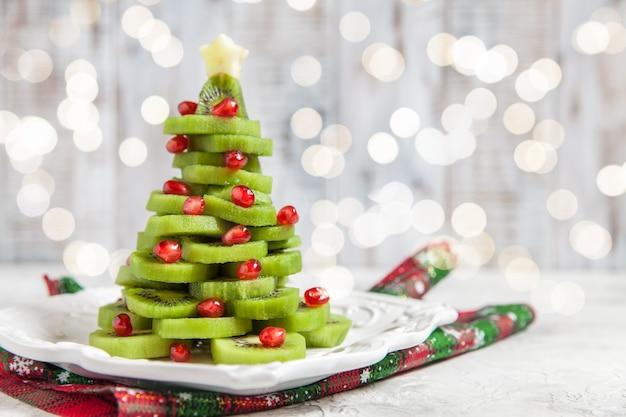 Árvore de natal feita de kiwi e romã