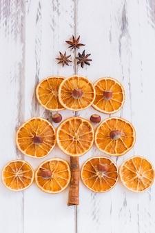 Árvore de natal feita de laranjas secas, canela e anis. visto de cima.