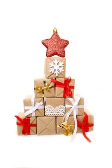 Árvore de natal feita de presentes e presentes coloridos.